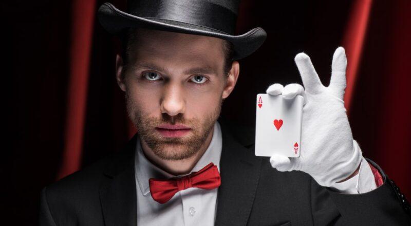 Tryllekunstner med kort i hånden